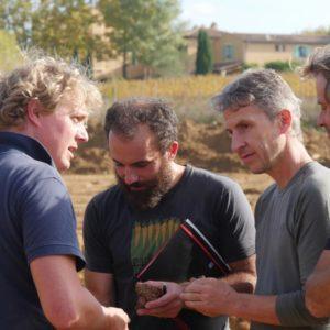 Die beiden Permakultur-Spezialisten Josef Andreas Holzer und Jens Kalkhof liefern das Konzept. Von links: Josef Andreas Holzer, Erik Bergmann (Winzer), Daniel Wyss (Delinat- Winzerberater), Jens Kalkhof.